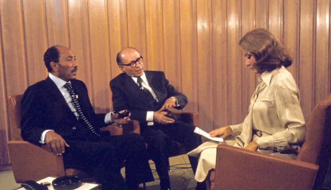 Entrevistas famosas de Barbara Walters - En la foto de 1977 con el presidente de Egipto, Anwar Sadat, y el primer ministro de Israel, Menachem Begin