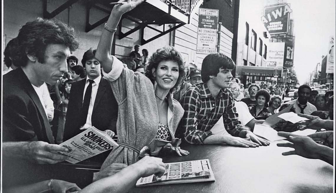 En 1983 firmando autógrafos con su hijo Damon - Raquel Welch, la diva a través de los años