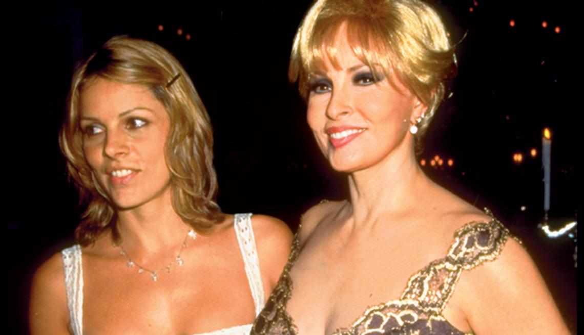 Raquel Welch, la diva a través de los años. Con su hija Tahnee en una fiesta en 1997