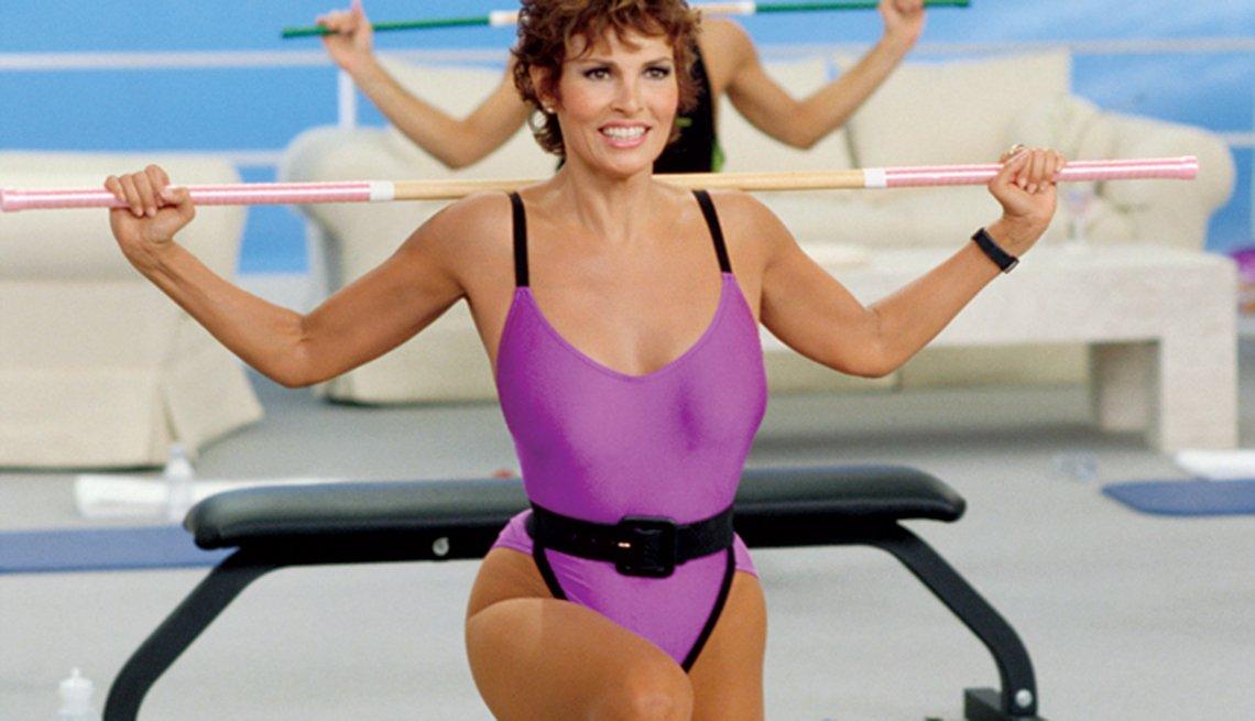 Raquel Welch en 1988 filmando videos de ejercicios - Raquel Welch, la diva a través de los años
