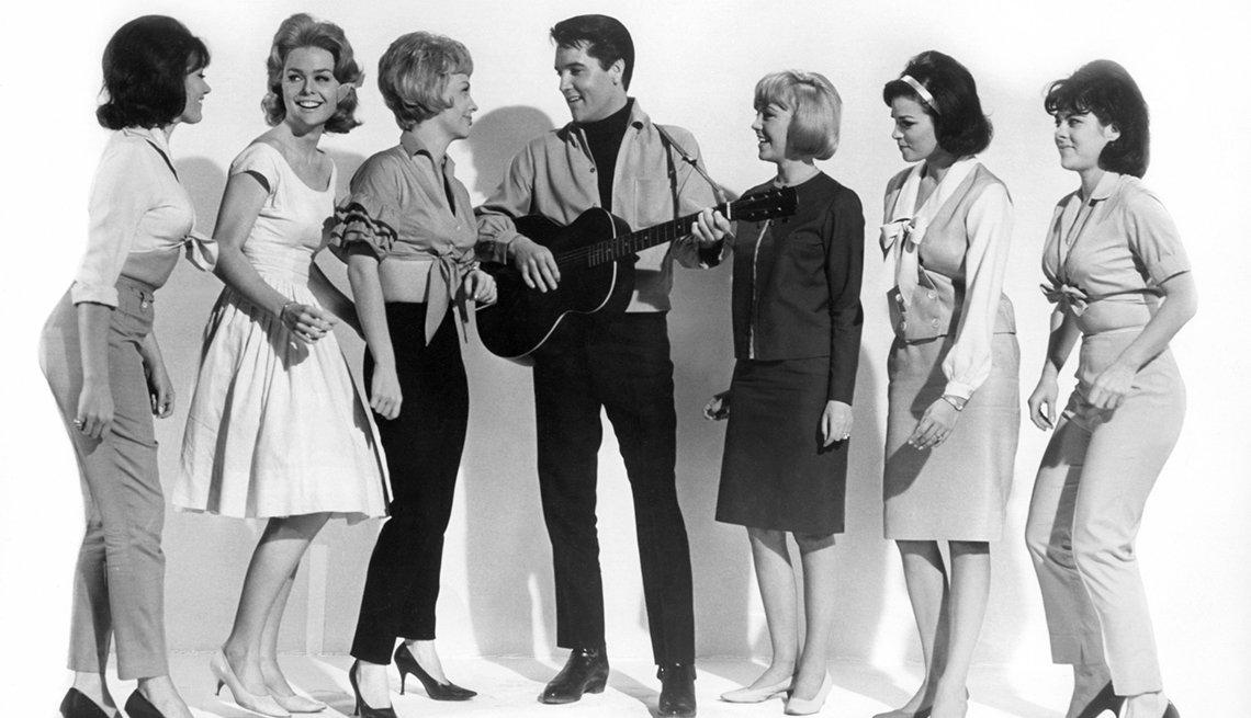 Elvis Presley rodeado por las actrices Joan Freeman, Sue Ane Langdon y Raquel (segunda desde la derecha), en Roustabout 1964 - Raquel Welch, la diva a través de los años