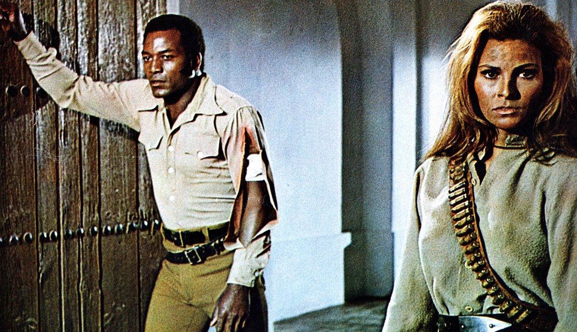 Foto de la película del Oeste 100 Rifles (1969), con Jim Brown - Raquel Welch, la diva a través de los años