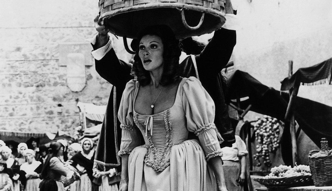 Interpretando a la damisela en apuros Constance de Bonacieux en la película The Four Musketeers (1974) - Raquel Welch, la diva a través de los años