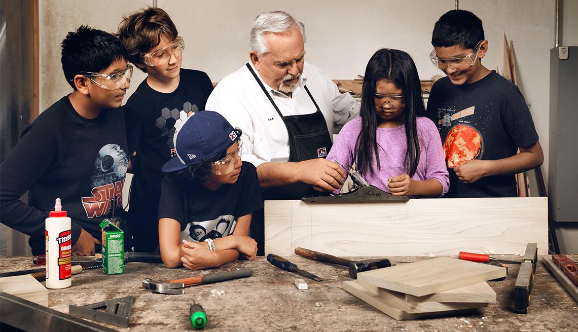 El actor John Ratzenberger enseñando a niños a usar herramientas