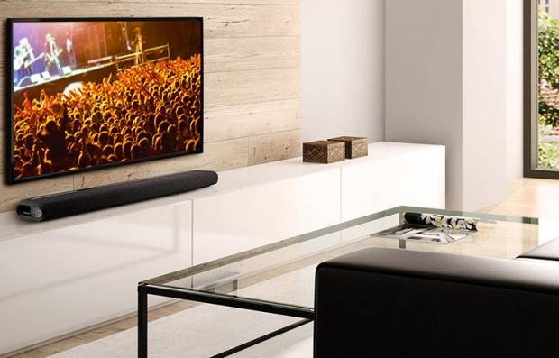 Un televisor de pantalla plana en una sala de una casa y aprende cómo oír mejor este dispositivo