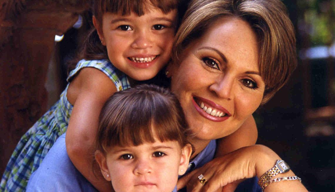 María Elena Salinas con sus hijas cuando tenían menos de 10 años de edad