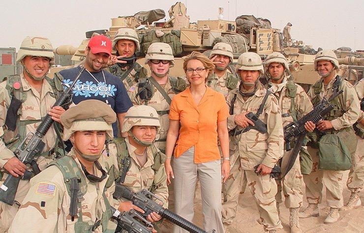 María Elena Salinas rodeada de soldados en la cobertura de una noticia durante su vida como presentadora de Univision