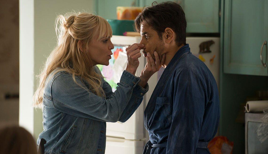 Anna Faris y Eugenio Derbez en una escena de la película Overboard