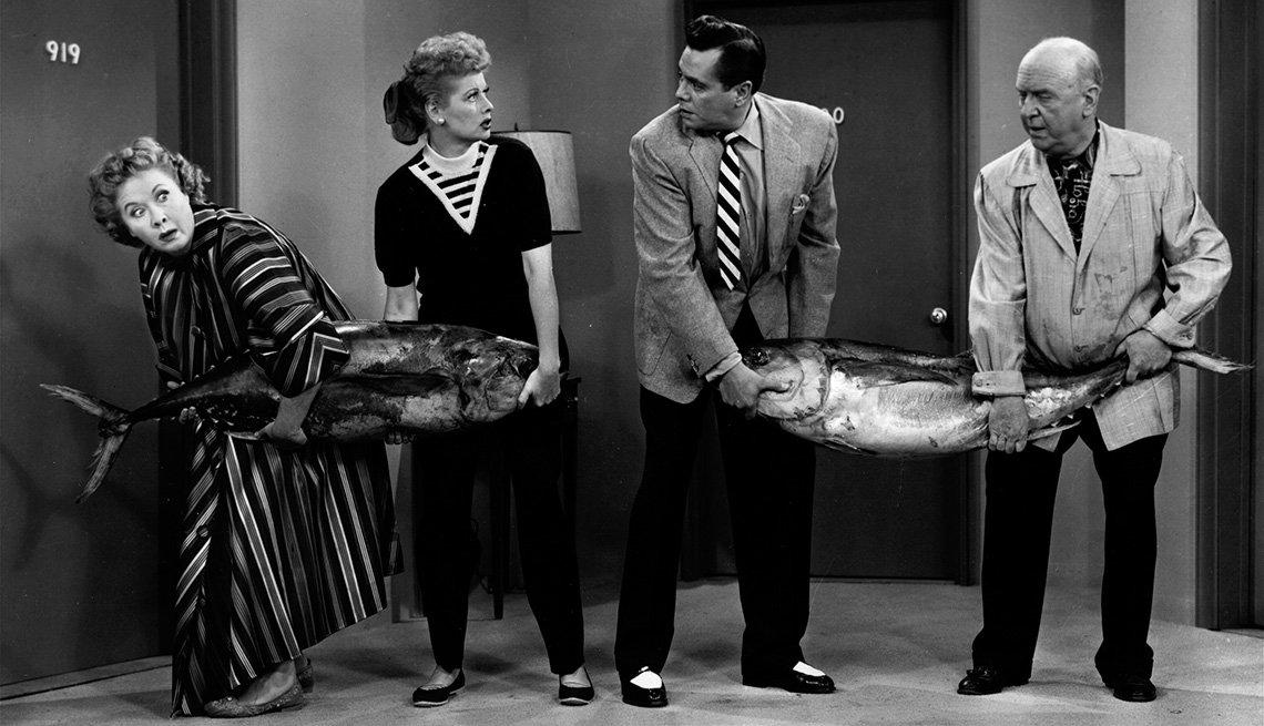 Vivian Vance (1909 - 1979) y Lucille Ball (1911 - 1989) en compañia de Desi Arnaz (1917 - 1986) y William Frawley (1887 - 1966) en una competición en la televisión