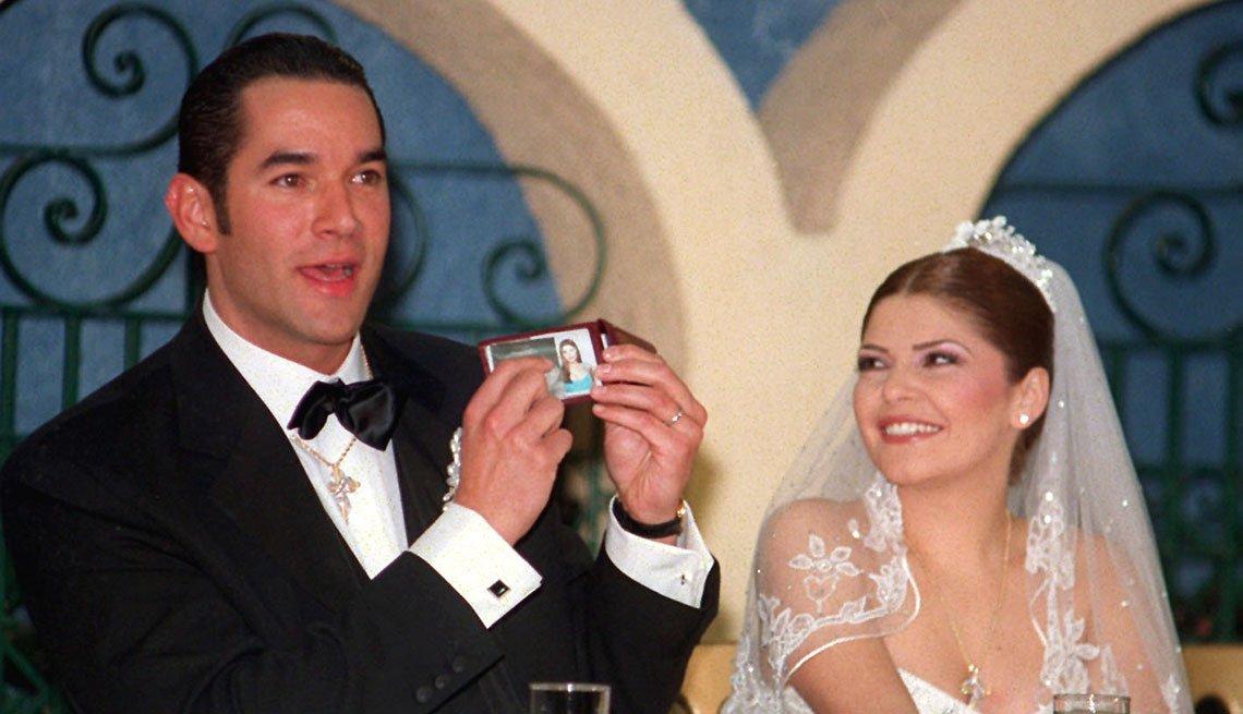 item 2, Gallery image. Itatí Cantoral y Eduardo Santamarina en el día de su boda.