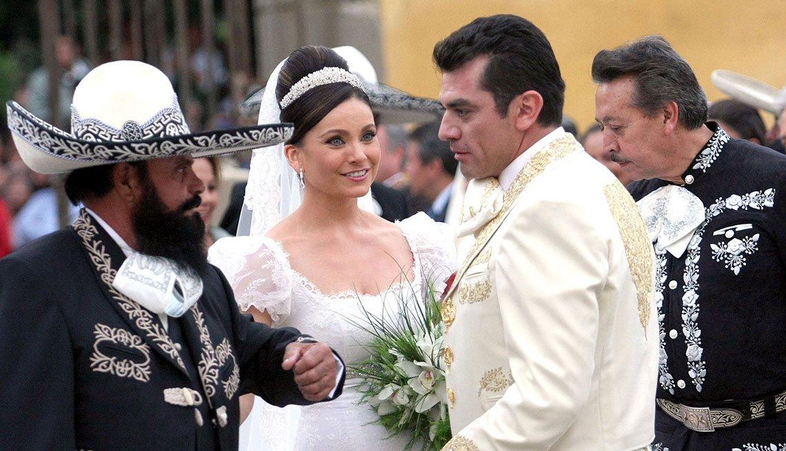 """item 6, Gallery image. Jorge Salinas y Elizabeth Álvarez en la filmación del último capítulo de """"Fuego en la sangre""""."""