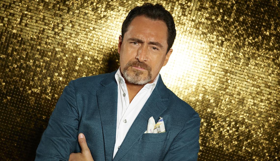Demián Bichir como el personaje Santiago Mendoza en la serie de ABC, Grand Hotel.