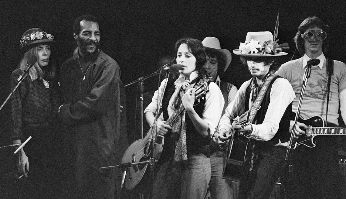 "(L to r) Joni Mitchell, Richie Havens, Joan Baez, Ramblin' Jack Elliott, and Bob Dylan perform at a fundraising concert for boxer Rubin ""Hurricane"" Carter."