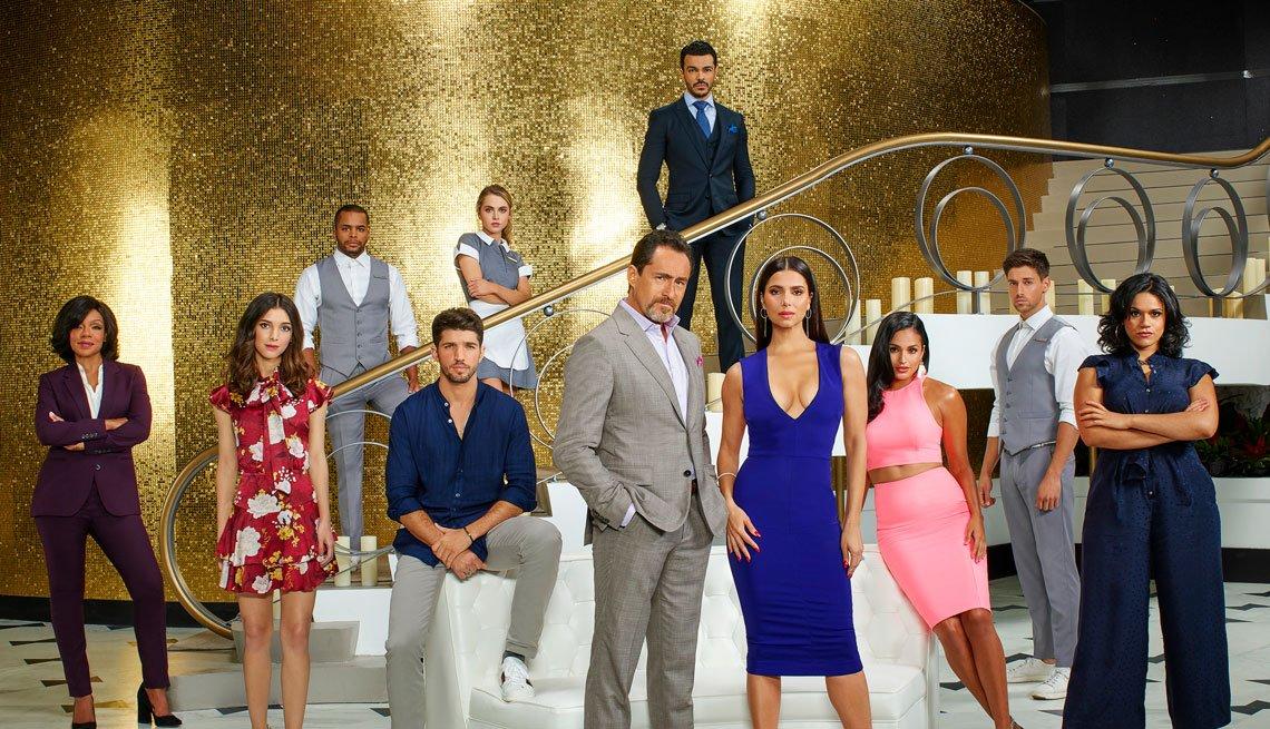 Elenco de la serie de ABC, Grand Hotel, con —centro— Demién Bichir y Rosselyn Sánchez
