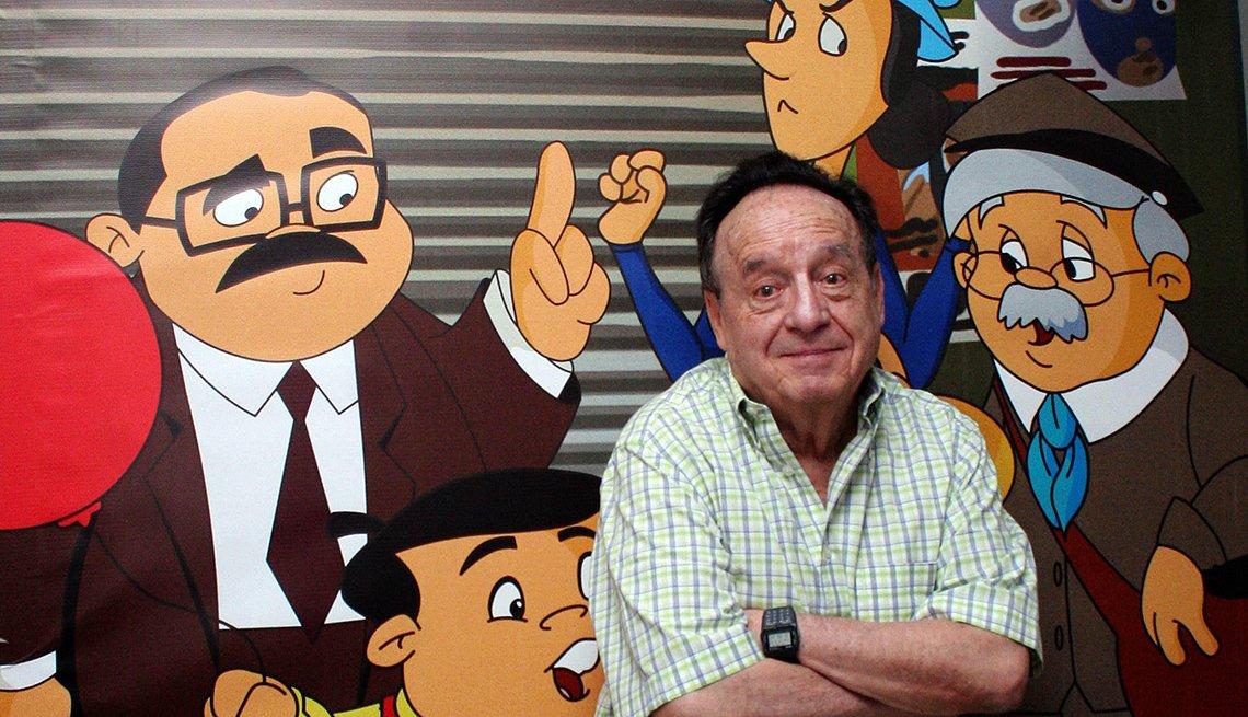 Roberto Gómez Bolaños y las ilustraciones de algunos de sus personajes.