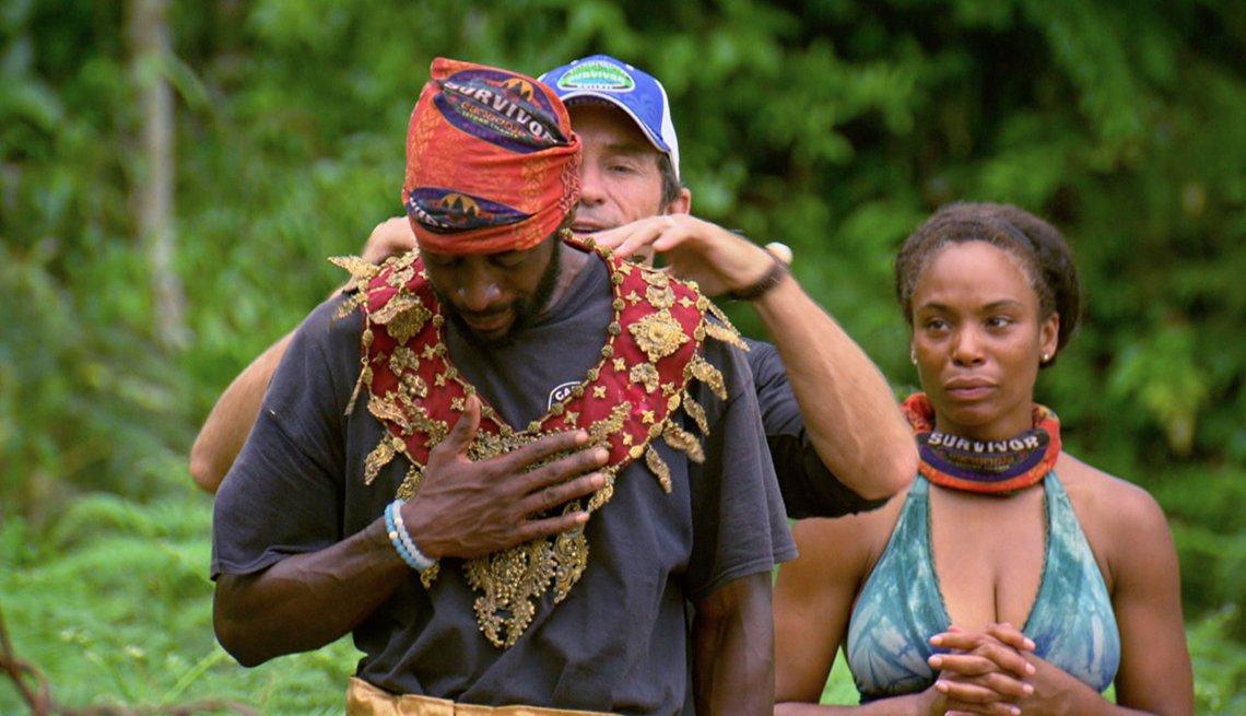 Jeff Probst premia a Jeremy Collins con inmunidad en el show Survivor.