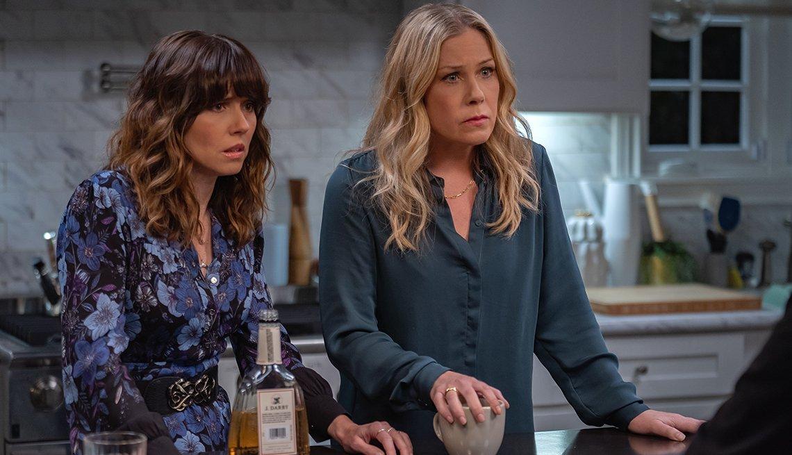 Linda Cardellini y Christina Applegate en una escena de Dead to Me