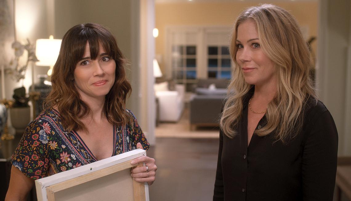 Linda Cardellini como Judy Hale y Christina Applegate como Jen Harding en la serie de Netflix, Dead to Me