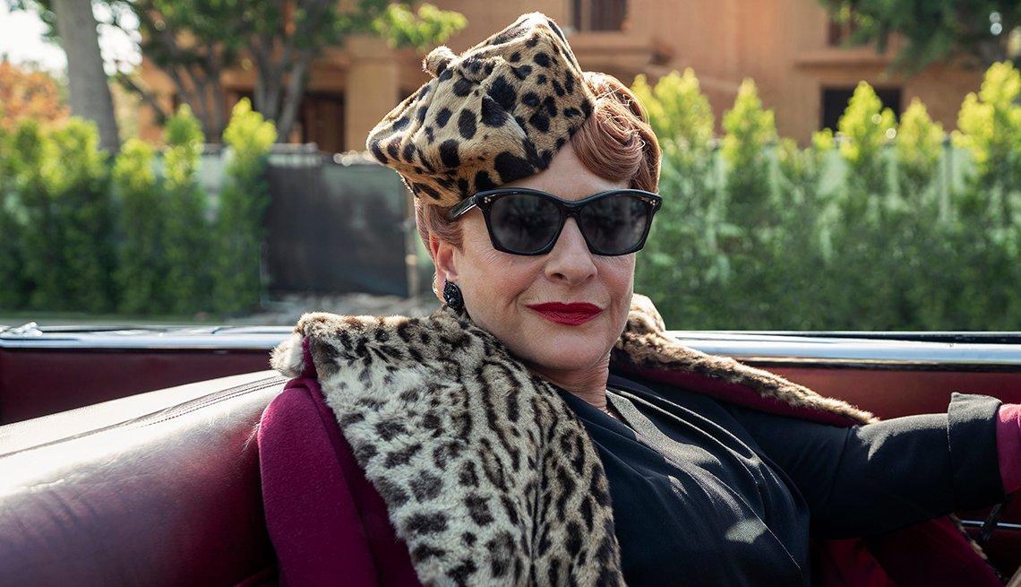 Patti LuPone como Avis Amberg en una escena de la serie Hollywood