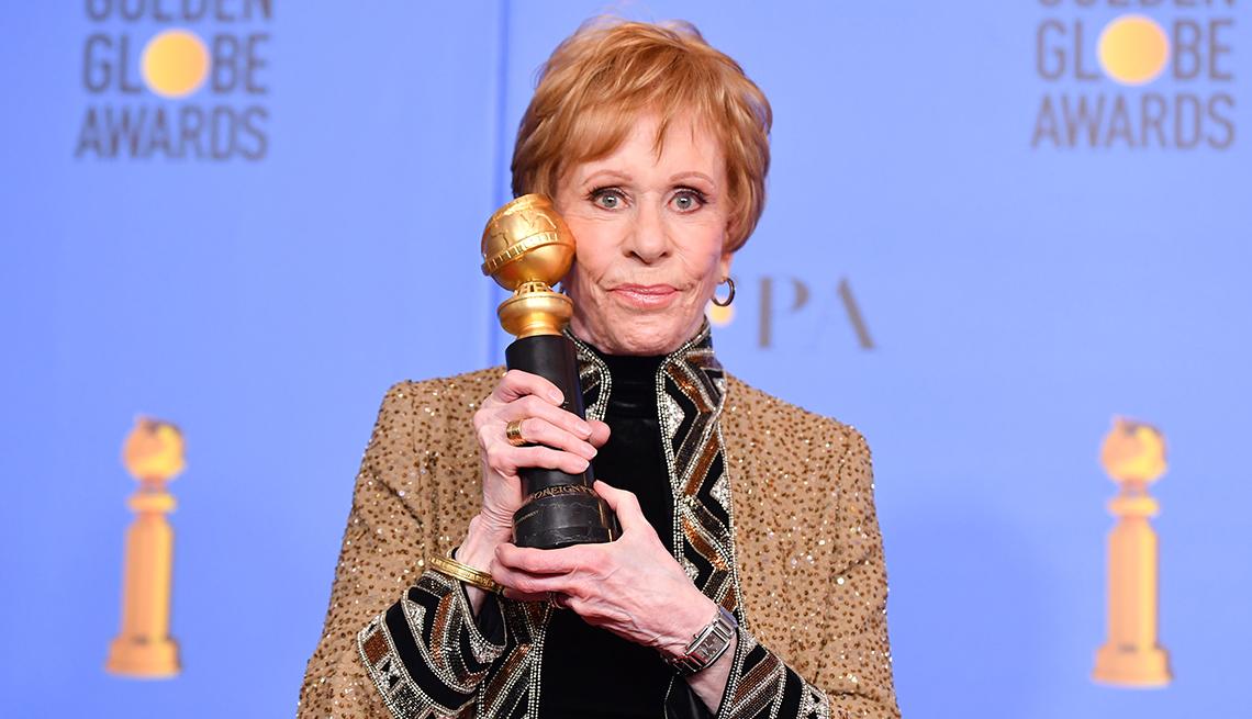 Carol Burnett sostiene el premio especial de televisión Golden Globe