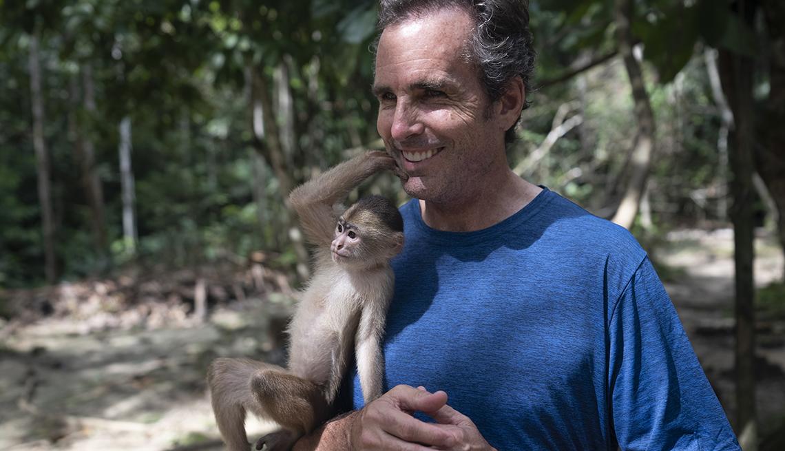 Bob Woodruff sostiene un mono en la Amazonas de Colombia