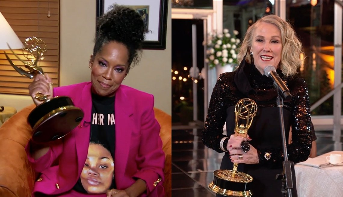 Regina King and Catherine O'Hara holding their trophy after winning at the 72nd Primetime Emmy Awards