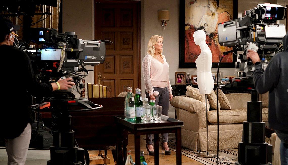 Una mirada detrás de escena de Katherine Kelly Lang hablando con un maniquí en el rodaje de The Bold and the Beautiful.