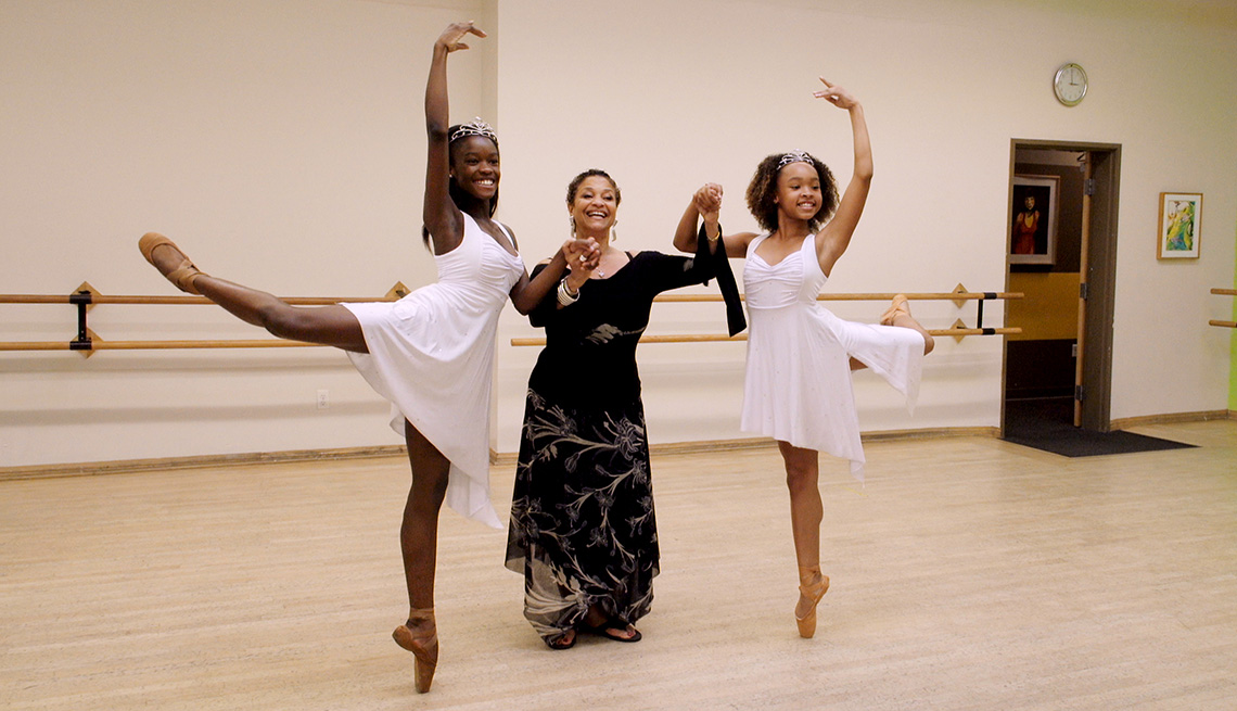 Debbie Allen con las bailarinas Destiny Wimpye y Jalyn Flowers, en Dance Dreams, hot Chocolate Nutcracker.