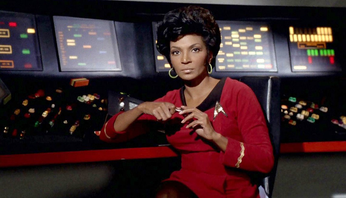 Nichelle Nichols como la teniente Uhura en Viaje a las estrellas, la serie original.