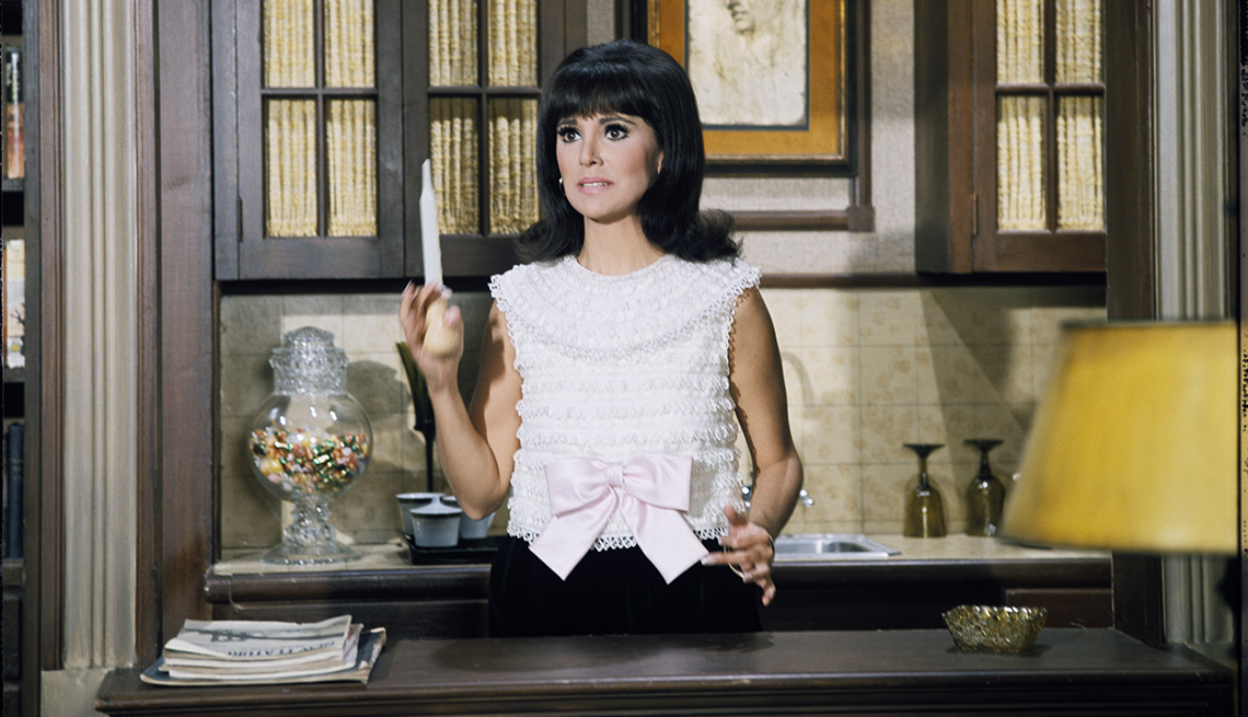 Marlo Thomas holding a turkey baster in the TV show That Girl