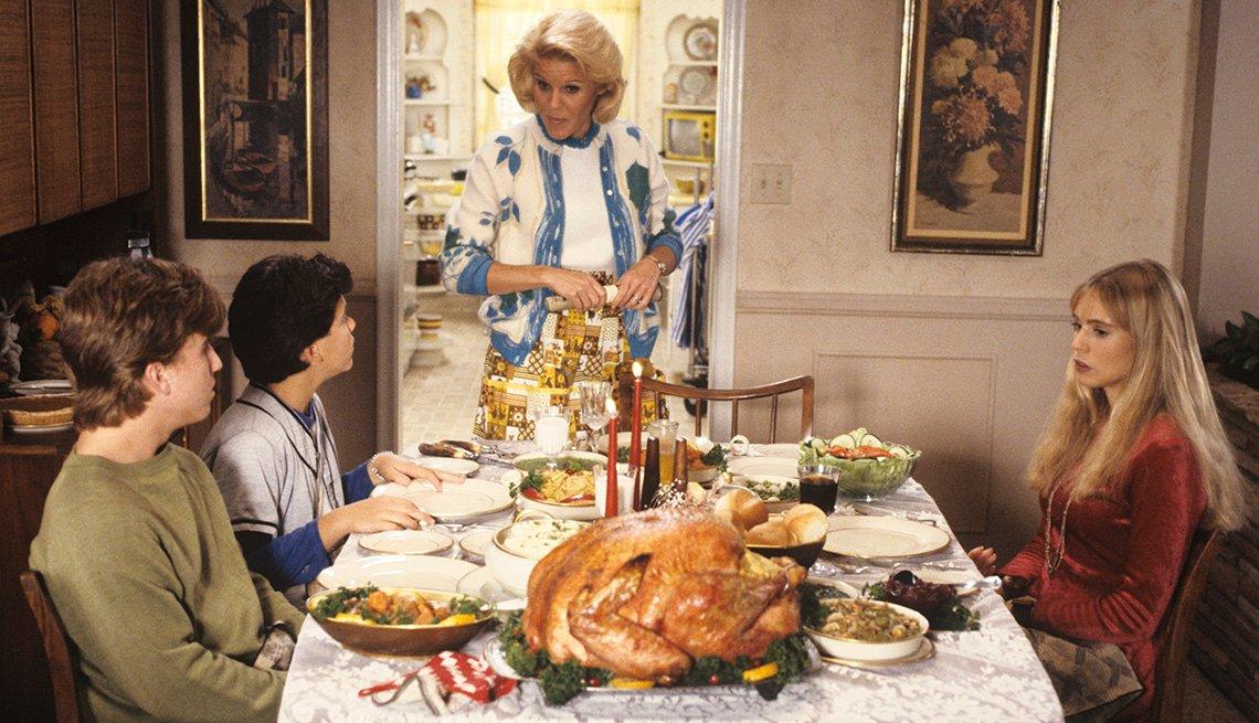 Jason Hervey, Fred Savage, Alley Mills y Olivia d'Abo en la mesa de la cena de Acción de Gracias en The Wonder Years.