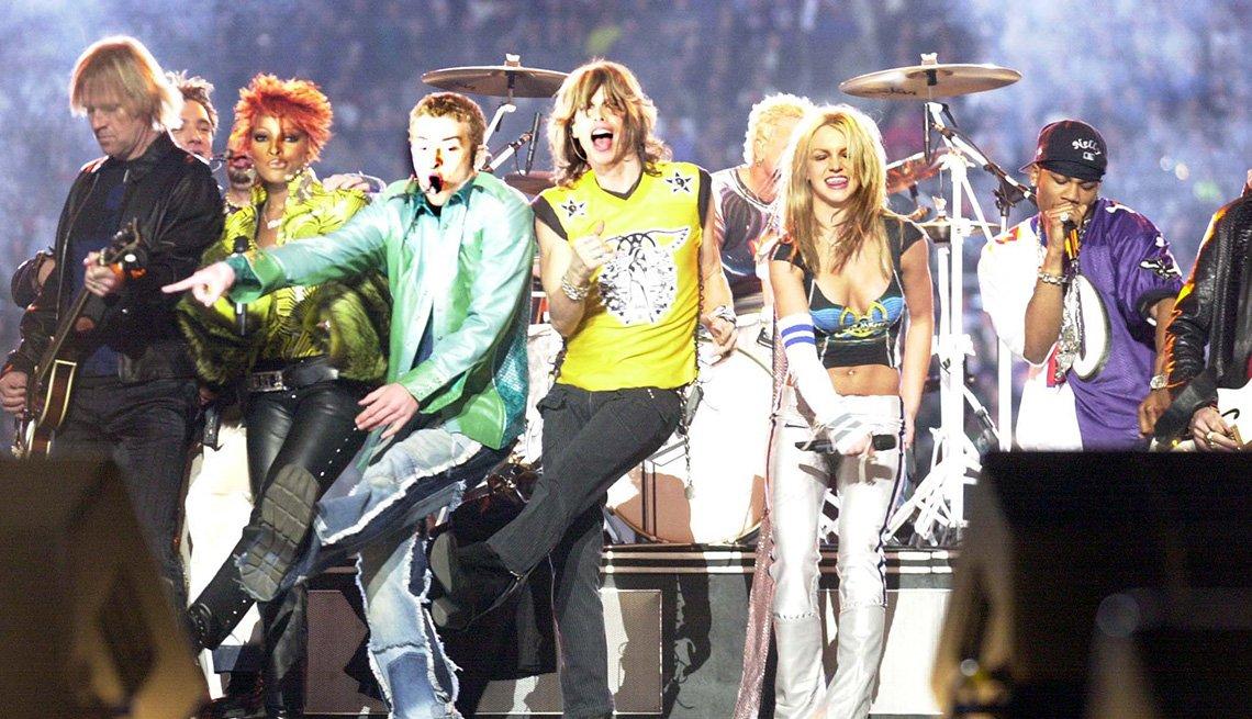 Aerosmith, Mary J. Blige, NSYNC, Britney Spears y Nelly actuando en el espectáculo de medio tiempo del Super Bowl XXXV.