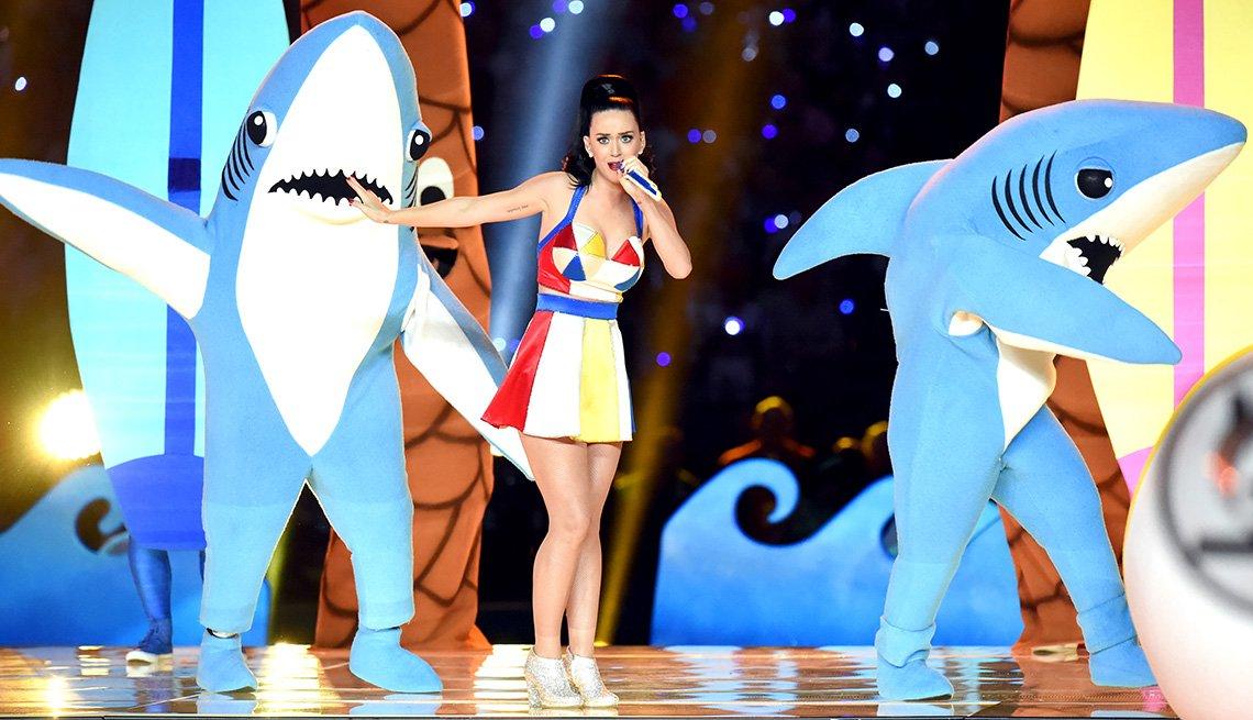 Katy Perry se presenta con bailarines vestidos con disfraces de tiburones durante el espectáculo de medio tiempo del Super Bowl XLIX.