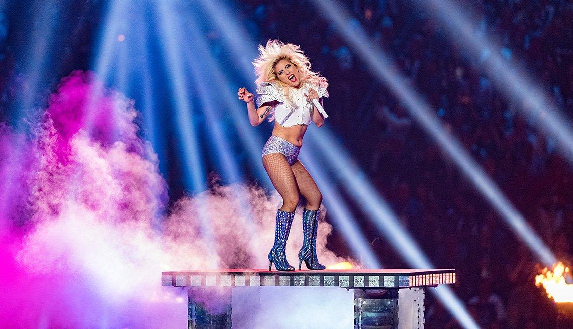Lady Gaga se presenta durante el espectáculo de medio tiempo del Super Bowl LI.