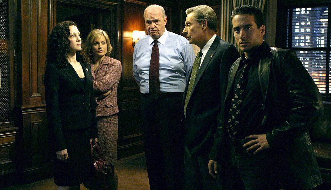 """(De izquierda a derecha) Bebe Neuwirth, Amy Carlson, Fred Dalton Thompson, Jerry Orbach y Kirk Acevedo en """"Law & Order: Trial by Jury""""."""