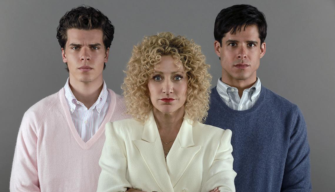 "(De izquierda a derecha) Gus Halper como Erik Menendez, Edie Falco como Leslie Abramson y Miles Gaston Villanueva as Lyle Menendez en ""Law & Order True Crime: The Menendez Murders""."