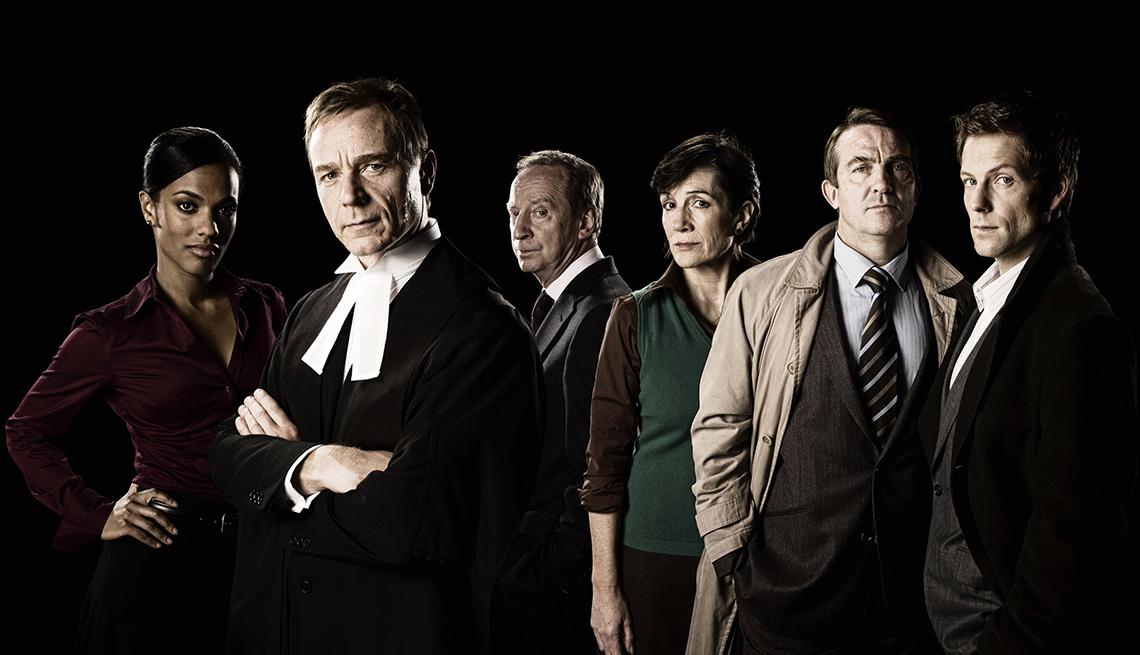 "(De izquierda a derecha) Freema Agyeman, Ben Daniels, Bill Paterson, Harriet Walter, Bradley Walsh y Jamie Bamber en ""Law & Order: UK""."
