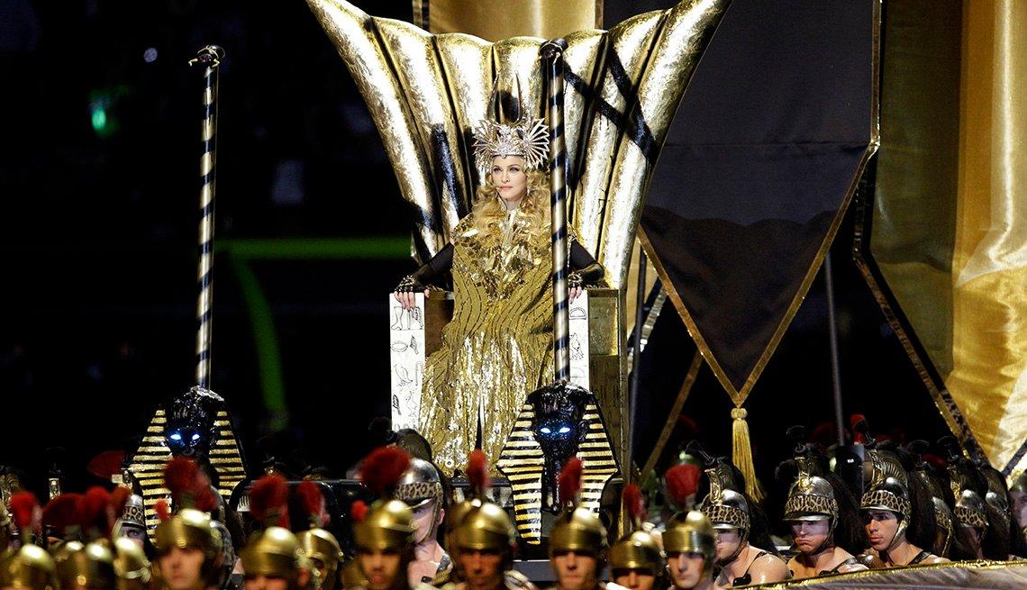 Madonna actúa durante el espectáculo de medio tiempo del Super Bowl XLVI.