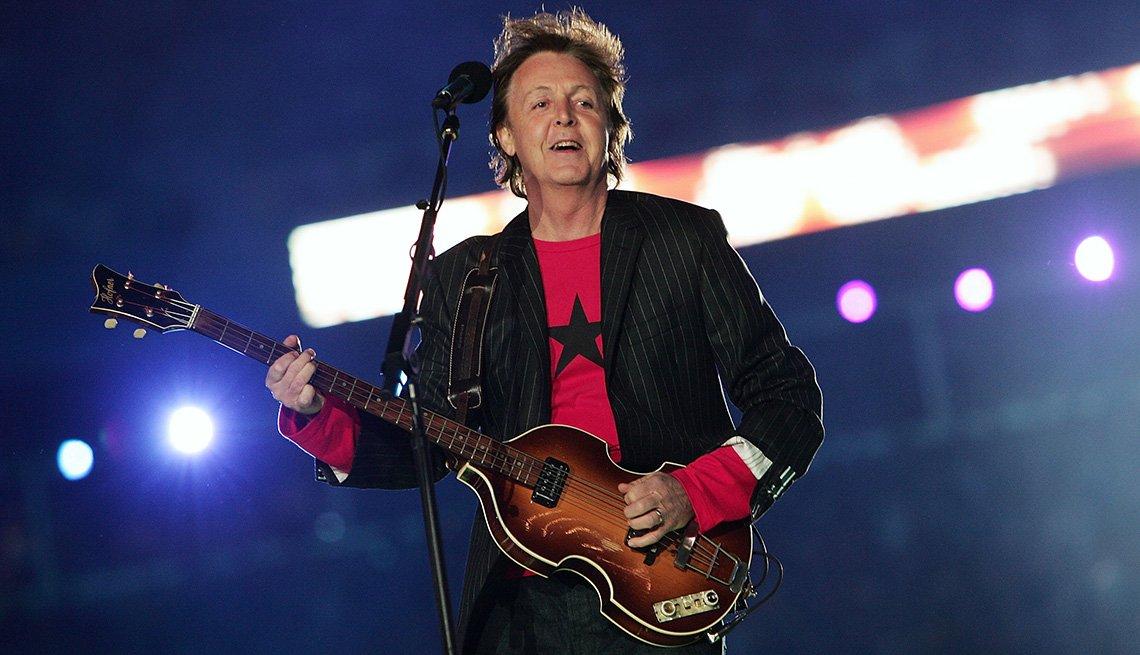 Paul McCartney actúa durante el espectáculo de medio tiempo del Super Bowl XXXIX.