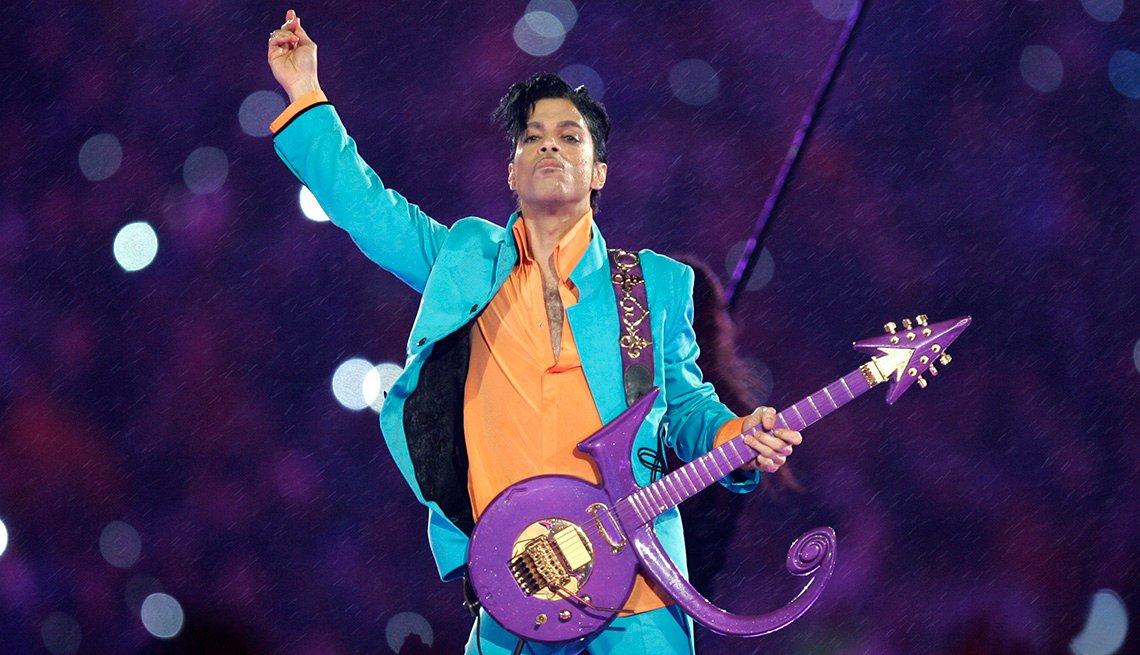 Prince se presenta en el espectáculo de medio tiempo del Super Bowl XLI.