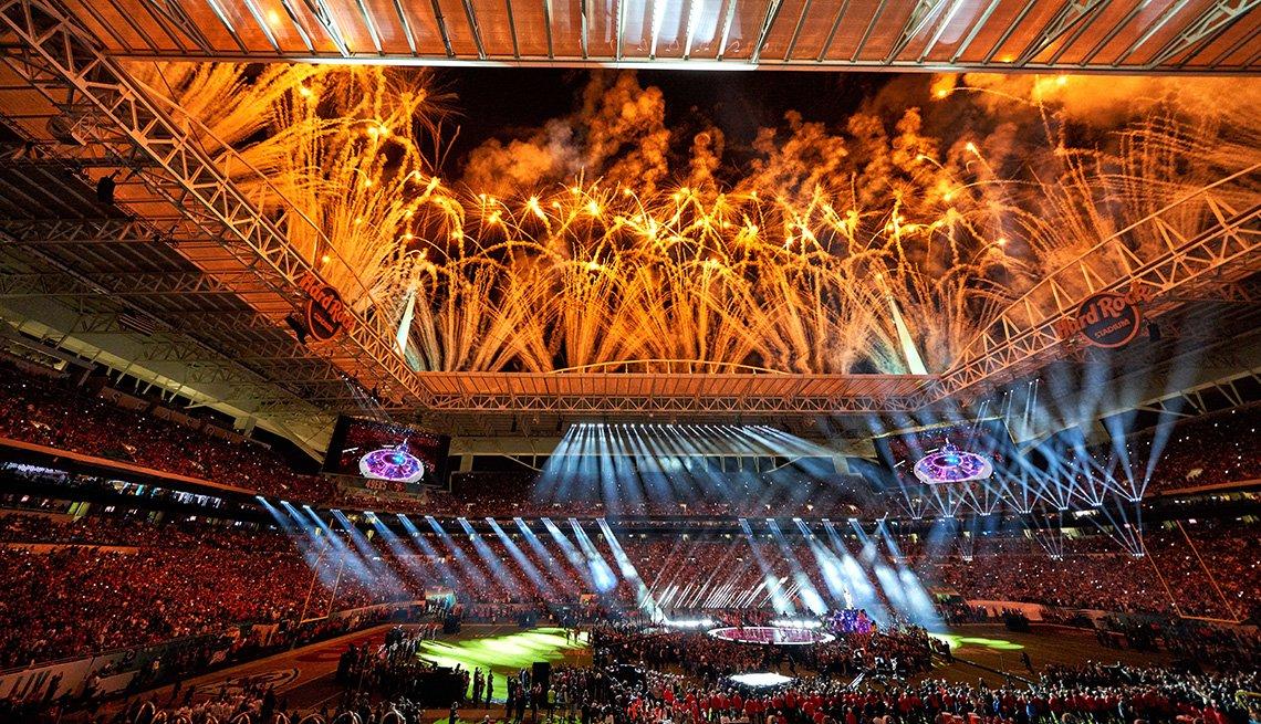 Una vista general del Hard Rock Stadium mientras los fuegos artificiales estallan durante el espectáculo de medio tiempo en el Super Bowl LIV.
