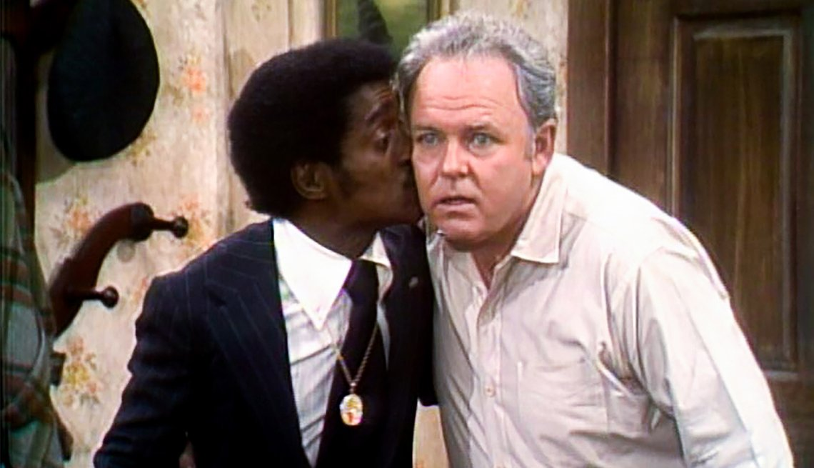 "Sammy Davis Jr. (izquierda) como él mismo y Carroll O'Connor como Archie Bunker en ""All in the Family""."