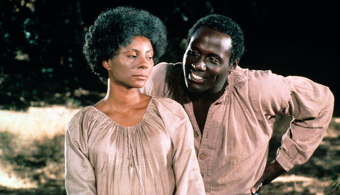 "Leslie Uggams como Kizzy Reynolds y Richard Roundtree como Sam Bennett en ""Roots""."