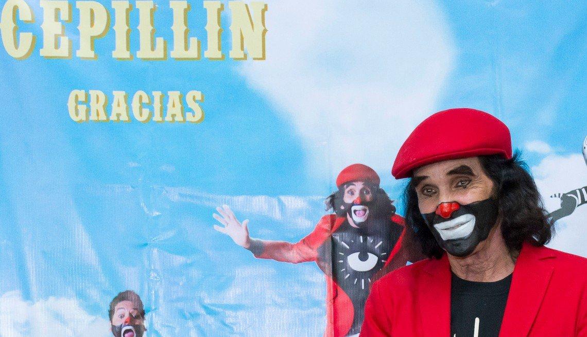 Ricardo González Gutiérrez 'Cepillín' posa para una foto durante la última presentación del musical 'Gracias' el 1 de septiembre de 2016 en la Ciudad de México, México.