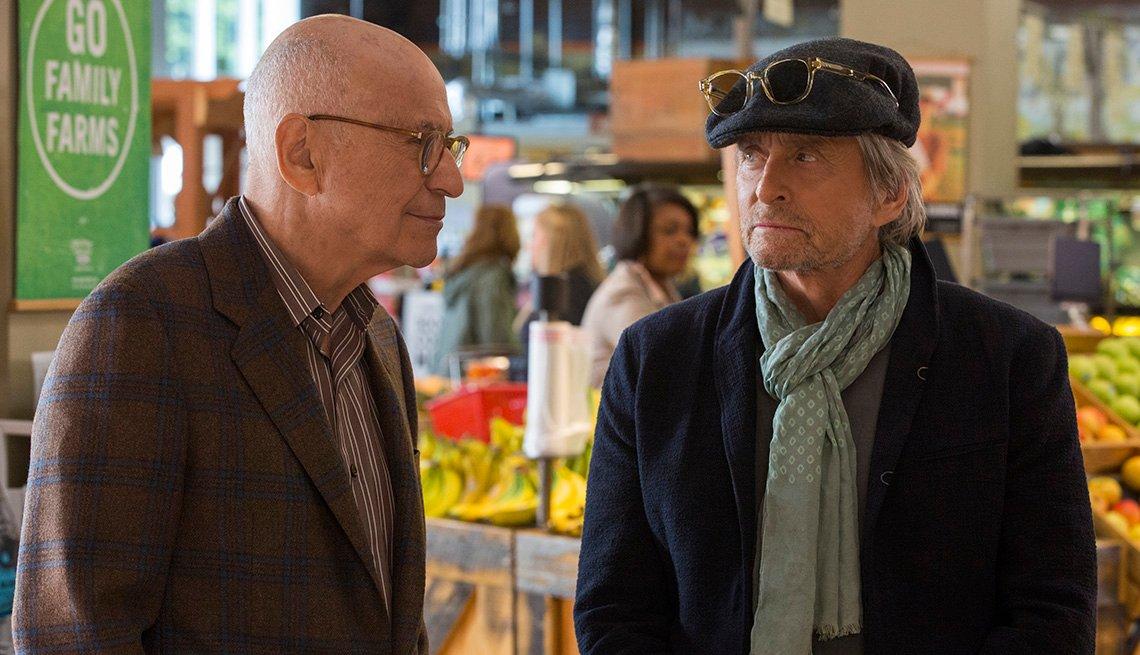 "Alan Arkin (izquierda) como Norman Newlander y Michael Douglas como Sandy Kominsky en ""The Kominsky Method""."