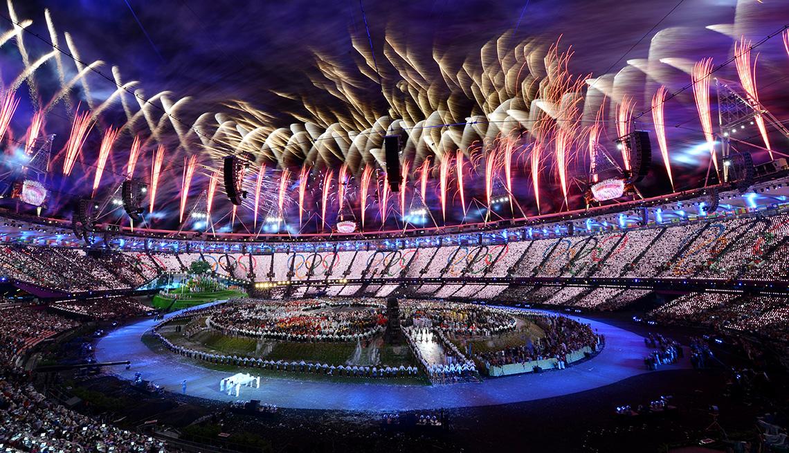 Los fuegos artificiales estallaron sobre el estadio durante la ceremonia de apertura de los Juegos Olímpicos de Londres 2012 en el Estadio Olímpico el 27 de julio de 2012 en Londres, Inglaterra.