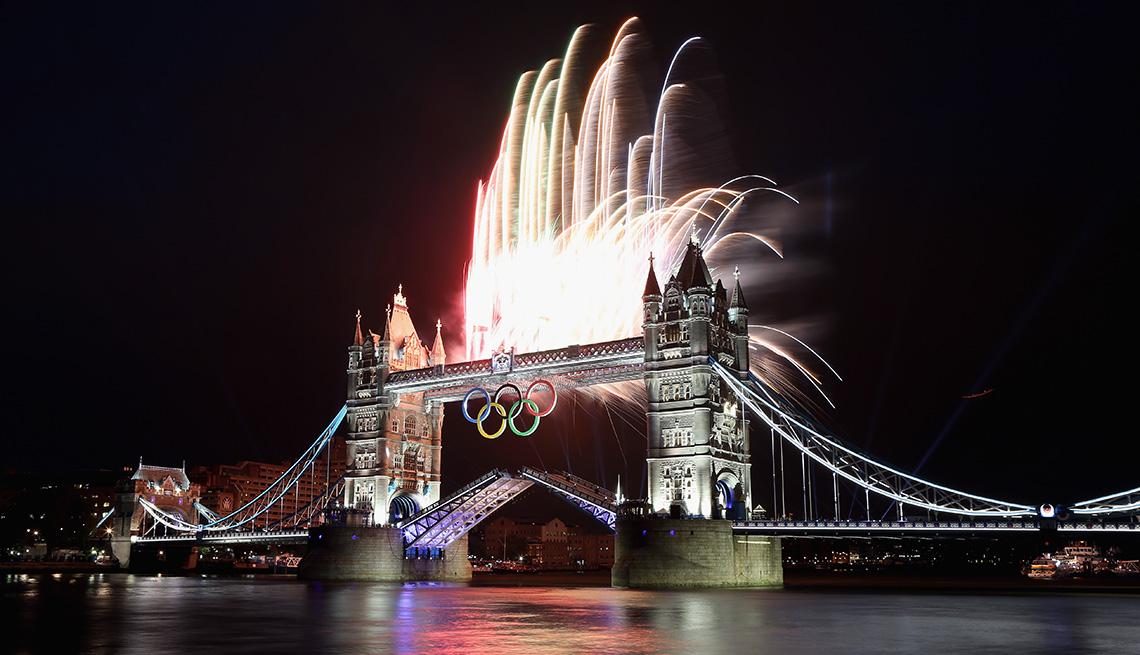 Los fuegos artificiales estallan desde el Tower Bridge durante la ceremonia de apertura de los Juegos Olímpicos de Londres 2012 el 27 de julio de 2012 en Londres, Inglaterra.