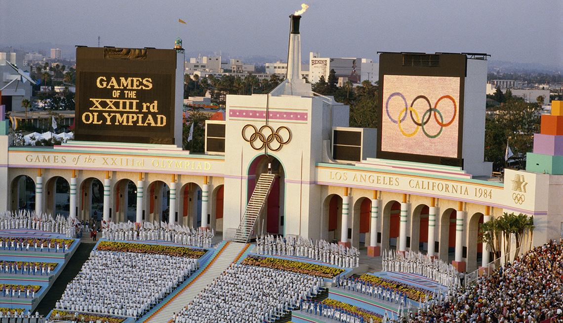 La llama olímpica se enciende durante la ceremonia de apertura de los Juegos Olímpicos de Verano de 1984 en Los Ángeles.