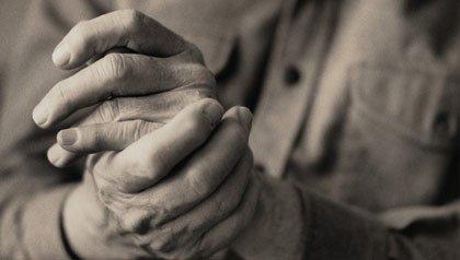 Artritis – hombre frotándose las manos
