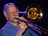 Johnny Colón, exponente del Boogaloo, toca la trompeta.